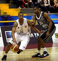 BOGOTA - COLOMBIA: 06-04-2013: Arteaga (Der.) Piratas de Bogotá, disputa el balón con Garres (Izq.), de Manizales Once Caldas abril 6 de 2013. Piratas y Manizales Once Caldas disputaron partido de la fecha 24 de la Liga Directv Profesional de baloncesto en partido jugado en el Coliseo El Salitre. (Foto: VizzorImage / Str.) Arteaga (R), of Pirates from Bogota dispute the ball with Justin Garris (L) of Manizales Once Caldas, April 6, 2013. Piratas and Manizales Once Caldas disputed a match for the 24 date of the League of Professional Directv basketball game at the Coliseo El Salitre. (Photo. VizzorImage / Str.).