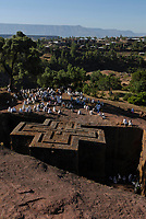 ETHIOPIA Lalibela , monolith rock churches built by King Lalibela 800 years ago, sunday mass at St. Georg church, Bet Giyorgis, a UNESCO world heritage / AETHIOPIEN Lalibela oder Roha, Koenig LALIBELA liess die monolithischen Felsenkirchen vor ueber 800 Jahren in die Basaltlava auf 2600 Meter Hoehe hauen und baute ein zweites Jerusalem nach , Gottesdienst an der Georgskirche, Bet Giyorgis