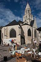Europe/France/Poitou-Charentes/86/Vienne/Poitiers:le marché aux puces et le chevet de l' Eglise Notre-Dame la Grande