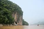 Remontee du Mekong entre Luang Prabang et Pakbeng en remontant vers la frontiere thailandaise. Passage devant les falaises calcaires de Pak Ou Laos .