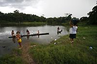 Moradores das margens do Rio Guamá, O rio Guamá é um curso de água localizado no nordeste do estado do Pará, Brasil. Sua bacia hidrográfica drena uma área de 87.389,54 km². A navegabilidade é viável nos últimos 160 Km do rio, do município de são Miguel do Guamá à sua foz no rio Pará, já próximo a baía do Guajará. Entre seus afluentes, destacam-se os rios Acará, Capim e Moju.No rio Guamá costuma ocorrer o fenômeno da pororoca. <br /> São Miguel do Guamá, Pará,Brasil.<br /> Foto Ney Marcondes