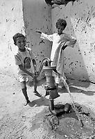 - Northern Sudan, children in a village at Tombos area, along the Nilo<br /> <br /> - Sudan settentrionale, bambini in un villaggio nella zona di Tombos, lungo il Nilo