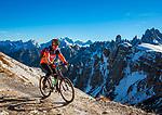 Italien, Venetien, Dolomiten, oberhalb Lago d'Antorno: Mountaibiker auf dem Drei Zinnen Rundweg  zurueck zum Rifugio Auronzo | Italy, Veneto, Dolomites, above Lago d'Antorno:  mountainbiking around Tre Cime mountains, back to Rifugio Auronzo
