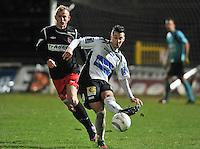 KSV Roeselare - Moeskroen - Peruwelz : Romain Haghedooren aan de bal voor Marvin Turcan.foto VDB / BART VANDENBROUCKE