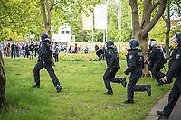"""Am Samstag den 16. Mai 2020 demonstrierten in Berlin an mehreren Orten mehrere hundert Menschen mit sog. """"Hygiene-Demonstrationen"""" gegen die Einschraenkungen zur Eindaemmung der Covid-19-Pandemie. An diesen """"Hygiene-Demonstrationen"""" nahmen vor allem Verschwoerungsanhaenger aber auch Hooligans, Neonazis und andere Rechte teil.<br /> Im Bild: Polizeibeamte versuchen eine ungenehmigte Demonstration von bis zu 500 Menschen zu stoppen.<br /> 16.5.2020, Berlin<br /> Copyright: Christian-Ditsch.de<br /> [NUR FUER REDAKTIONELLE ZWECKE! Werbung nur auf Anfrage beim Fotografen. Inhaltsveraendernde Manipulation des Fotos nur nach ausdruecklicher Genehmigung des Fotografen. Vereinbarungen ueber Abtretung von Persoenlichkeitsrechten/Model Release der abgebildeten Person/Personen liegen nicht vor. NO MODEL RELEASE! Don't publish without copyright Christian-Ditsch.de, Veroeffentlichung nur mit Fotografennennung, sowie gegen Honorar, MwSt. und Beleg. Konto: I N G - D i B a, IBAN DE58500105175400192269, BIC INGDDEFFXXX, Kontakt: post@christian-ditsch.de<br /> Bei der Bearbeitung der Dateiinformationen darf die Urheberkennzeichnung in den EXIF- und  IPTC-Daten nicht entfernt werden, diese sind in digitalen Medien nach §95c UrhG rechtlich geschuetzt. Der Urhebervermerk wird gemaess §13 UrhG verlangt.]"""