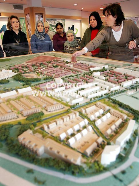 Arnhem, 090306<br />Allochtonen krijgen toelichting op veranderingen in Malburgen.<br />Foto: Sjef Prins - APA Foto