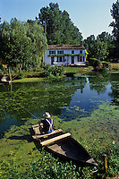Europe/France/Poitou-Charentes/79/Deux-Sèvres/Coulon : Marais poitevin, maison maraichine et pêche à la ligne<br /> PHOTO D'ARCHIVES // ARCHIVAL IMAGES<br /> FRANCE 1990