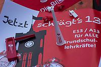 Lehrer-Protest vor Senatsbildungsverwaltung.<br /> Am Mittwoch den 29. November 2017 protestierte die GEW-Berlin mit einer oeffentlichen Landesdelegiertenversammlung vor der Senatsbildungsverwaltung fuer die Umsetzung einer vereinbarten Hoehergruppierung der Grungschulkraefte. Bereits 2016 war zwischen der Gewerkschaft GEW und dem Finanzsenator eine Eingruppierung in die Entgeltgruppe 13 hoehergruppiert bzw. in die Besoldungsgruppe A 13 vereinbart worden. Dies wurde bislang nicht umgesetzt.<br /> Im Bild: Gewerkschafts-Protestutensilien.<br /> 29.11.2017, Berlin<br /> Copyright: Christian-Ditsch.de<br /> [Inhaltsveraendernde Manipulation des Fotos nur nach ausdruecklicher Genehmigung des Fotografen. Vereinbarungen ueber Abtretung von Persoenlichkeitsrechten/Model Release der abgebildeten Person/Personen liegen nicht vor. NO MODEL RELEASE! Nur fuer Redaktionelle Zwecke. Don't publish without copyright Christian-Ditsch.de, Veroeffentlichung nur mit Fotografennennung, sowie gegen Honorar, MwSt. und Beleg. Konto: I N G - D i B a, IBAN DE58500105175400192269, BIC INGDDEFFXXX, Kontakt: post@christian-ditsch.de<br /> Bei der Bearbeitung der Dateiinformationen darf die Urheberkennzeichnung in den EXIF- und  IPTC-Daten nicht entfernt werden, diese sind in digitalen Medien nach §95c UrhG rechtlich geschuetzt. Der Urhebervermerk wird gemaess §13 UrhG verlangt.]