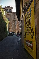 Europe/Espagne/Pays Basque/Guipuscoa/Pays Basque/Pasaia Donibane: L' Église paroissiale Saint-Jean-Baptiste et la rue principale du village -  les affiches indépendantistes basques qui témoignent de l'importance du mouvement