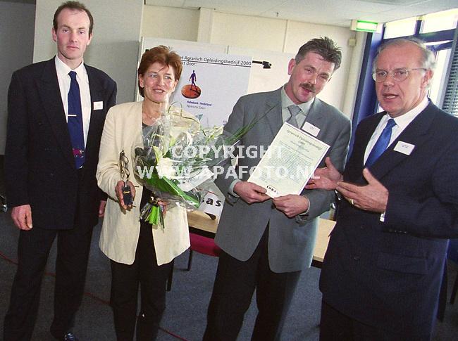 Houten 120400 vandaag vond in Houten de uitreiking van  <br /> de Agrarisch `Opleidingsbedrijfsprijs van het jaar plaats.<br />foto :de gelukkige winnaars  `Ton en Suzan Hutten van bloemsierkunst  ten Kate uit deventer. de prijs werd uitgereikt door Henk Angenent (links )en dhr A.Kraayenveld (rechts) van het FME/NCW.