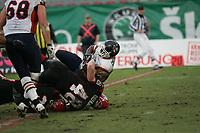 David Bergeron (Linebacker Cologne Centurions) stoppt Larry Croom (Runningback Amsterdam Admirals)