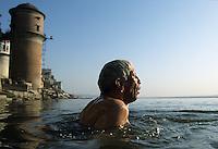INDIA Varanasi, Hindu priest Veer Bhadra Mishra at morning bath at river Ganga , he struggles for cleaning of Ganga river / INDIEN Benares Varanasi Kashi, Hindupriester des Sankat Mocha Tempel und Ingenieur Veer Bhadra Mishra  beim morgendlichen Bad im fuer Hindu heiligen Fluss Ganges, er kaempft fuer die Reinhaltung des Ganges mit einem alternativen Aktionsplan