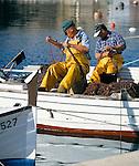 Spain, Balearic Islands, Menorca, Cala Fonts: Fishermen Mending Nets   Spanien, Balearen, Menorca, Cala Fonts: Fischer beim Netze flicken