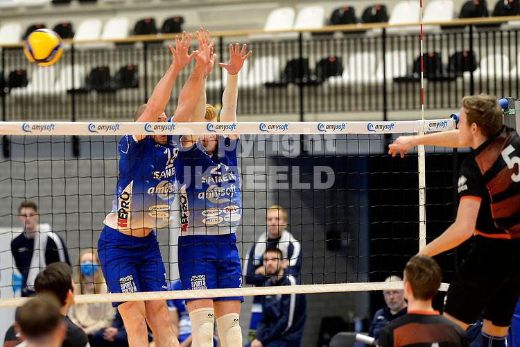 30-01-2021: Volleybal: Amysoft Lycurgus v Talentteam Papendal: Groningen TT Papendal speler Martijn Brilhuis slaat de bal oer blok van Lycurgus