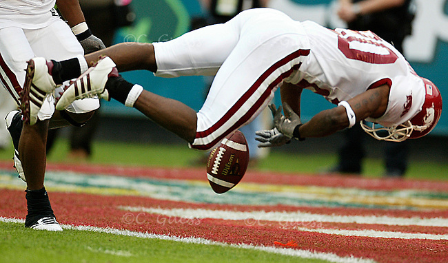 Arkansas corner back John Johnson attempts a to recover a kick return from Wisconsin.<br />