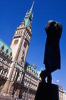 Heine-Denkmal und Rathaus in Hamburg, Deutschland
