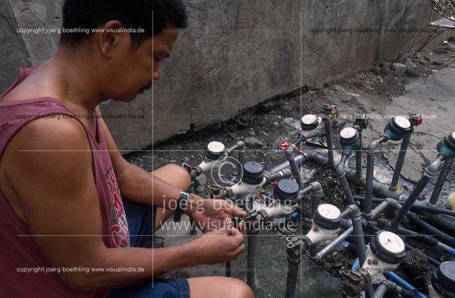 PHILIPPINES Manila, slum dweller in slum in Quezon city, water supply, water meter / PHILIPPINEN, Megacity Manila, Slumbewohner in Quezon City , Wasserversorgung, Wasserzaehler