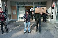 Die Erwebslose Christel T. hat vom Jobcenter Berlin-Friedrichshain-Kreuzberg eine Leistungskuerzung von 110% erhalten und eine Ankuendigung fuer eine Kuerzung von 150%. Aus Protest gegen diese Kuerzungen rasierte sie sich ihre Haare vor der zustaendigen Sozialbehoerde.<br />7.3.2014, Berlin<br />Copyright: Christian-Ditsch.de.<br />[Inhaltsveraendernde Manipulation des Fotos nur nach ausdruecklicher Genehmigung des Fotografen. Vereinbarungen ueber Abtretung von Persoenlichkeitsrechten/Model Release der abgebildeten Person/Personen liegen nicht vor. NO MODEL RELEASE! Don't publish without copyright Christian-Ditsch.de, Veroeffentlichung nur mit Fotografennennung, sowie gegen Honorar, MwSt. und Beleg. Konto:, I N G - D i B a, IBAN DE58500105175400192269, BIC INGDDEFFXXX, Kontakt: post@christian-ditsch.de<br />Urhebervermerk wird gemaess Paragraph 13 UHG verlangt.]
