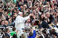 Papa Francesco saluta i fedeli al termine della messa della Domenica delle Palme in Piazza San Pietro, 20 marzo 2016.<br /> Pope Francis greets faithful after celebrating the Palm Sunday mass in St. Peter's Square at the Vatican, 20 March 2016.<br /> UPDATE IMAGES PRESS/Riccardo De Luca<br /> <br /> STRICTLY ONLY FOR EDITORIAL USE