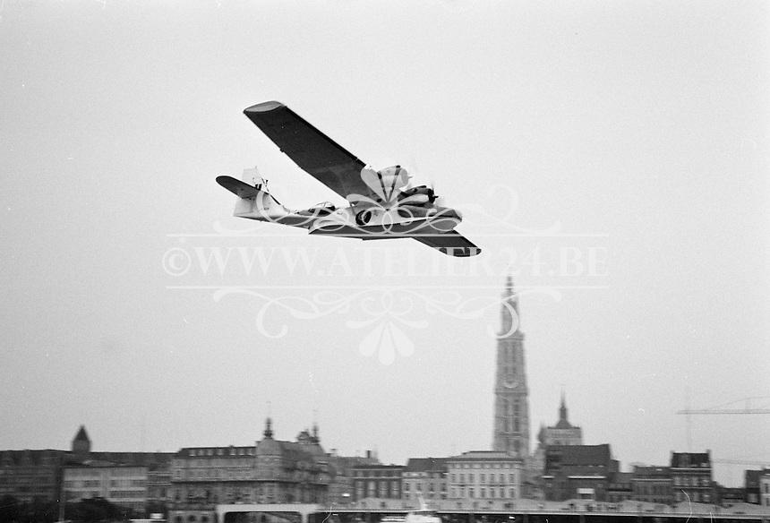 Maart 1992. Airshow op de luchthaven van Deurne. Vliegtuig Catalina PBY-5A (JV928) boven de Schelde.