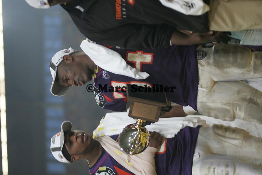 Bryson Spinner (Quarterback) gratuliert Butchei Wallace (Runningback, beide FRankfurt Galaxy) zur MVP Troph‰e