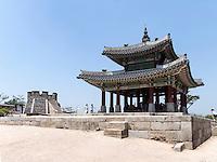 Seonodae und Pavillon Seojangdae Hwaesong Jangdae der Festung von Suwon, Provinz Gyeonggi-do, Südkorea, Asien, Unesco-Weltkulturerbe<br /> Seonodae and pavilion Seojangdae Hwaesong Jangdae inside fortress Hwaseong, Suwon, Province Gyeonggi-do, South Korea Asia, UNESCO World-heritage