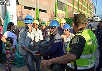 NEIVA - COLOMBIA, 19-08-2016: Aspecto del rescate de los heridos después del desplome de una de las tribunas del estadio Guillermo Plazas Alcid de la ciudad de Neiva. El estadio se encontraba en un fase de remodelación cuando una de als tribunas colapsó produciendo al menos 3 muertos y mas de 20 heridos, todos ellos obreros que se encontraban laborando. / Aspect of the rescue of the wounded after the collapse of one of the stands of Estadio Guillermo Plazas Alcid of the city of Neiva, Colombia. The stadium was in a remodeling phase when one of the stands collapsed producing at least 3 dead and over 20 wounded, all workers who were working.   Photo: VizzorImage / Sergio Reyes /CONT