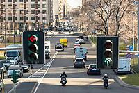 Milano, viale Liberazione. Semaforo rosso e verde --- Milan, Liberazione street. Red and green traffic lights