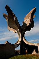 JJasenovac / Croazia.Il Campo di concentramento di Jasenovac fu il più grande campo di concentramento costruito nei Balcani durante la seconda guerra mondiale, creato dallo Stato Indipendente di Croazia, retto di fatto da Ante Paveli, alleato delle potenze dell'Asse..Si trova nei pressi dell'omonimo paese sulle rive del fiume Sava, ad un centinaio di chilometri a sud-est di Zagabria, vicino all'attuale confine croato-bosniaco..Nell'area di Jasenovac e nella vicina Stara Gradisca furono uccisi almeno 500.000 serbi, oppositori del regime, ebrei e rom..Durante il recente conflitto degli anni '90, la zona fu contesa tra serbi e croati ed il museo fu gravemente danneggiato..Sullo sfondo nella foto il grande fiore di cemento eretto dall'architetto Bogdanovic a ricordo delle vittime. .Foto Livio Senigalliesi..Jasenovac / Croatia.Jasenovac concentration camp was the largest extermination camp in the Independent State of Croatia (NDH) and occupied Yugoslavia during World War II. The camp was established by the Croatian Ustasha regime in August 1941 and dismantled in April 1945. In Jasenovac, the largest number of victims (at least 500.000) were ethnic Serbs, whom Ante Paveli considered the main racial opponents of Croatia, alongside the Jews and Roma peoples..In the picture on the background the monument erected by architect Bogdanovic..Photo Livio Senigalliesi