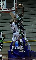 BOGOTA - COLOMBIA - 26-04-2013: Fuentes (Izq.) de Piratas de Bogotá, disputa el balón con Aragon (Der.) de Academia de la Montaña de Medellin, abril 26 de 2013. Piratas y Academia de la Montaña en partido de la quinta fecha de la fase II de la Liga Directv Profesional de baloncesto en partido jugado en el Coliseo El Salitre. (Foto: VizzorImage / Luis Ramírez / Staff). Fuentes (L) of Piratas from Bogota, fights for the ball with Aragon (R) of Academia de la Montaña from Medellin, April 26, 2013. Piratas and Academia de la Montaña in the fifth match of the phase II of the Directv Professional League basketball, game at the Coliseum El Salitre. (Photo: VizzorImage / Luis Ramirez / Staff).