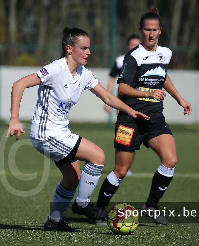 20190921 – LEUVEN, BELGIUM : OHL's Jolien van Doren (left) and E. Aalst Evy De Smedt (right) are pictured during a women soccer game between Oud Heverlee Leuven Ladies B and Eendracht Aalst Ladies on the fourth matchday of the Belgian Division 1 season 2019-2020, the Belgian women's football national division 1, Saturday 21th September 2019 at the Bruinveld Youth Complex, Domeinstraat in Leuven , Belgium. PHOTO SPORTPIX.BE | SEVIL OKTEM