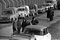 Le  1er vol d'essai du Concorde-<br /> Aérogare Blagnac ,Toulouse, France,<br />  2 mars 1969<br /> <br /> spectateurs venus assister au 1er vol d'essai du Concorde : voitures garées le long de la route ;