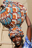 Mali Djenne Peul Frau traegt Schale auf dem Kopf zum Markt / MALI , woman carry vessel on the head to the market in Djenné
