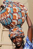 Mali Djenne Peul Frau traegt Schale auf dem Kopf zum Markt / MALI , woman carry vessel on the head to the market in Djenné