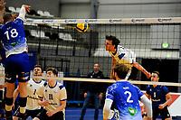 24-03-2021: Volleybal: Amysoft Lycurgus v Sliedrecht Sport: Groningen , Lycurgus speler Dennis Borst blok een smash van Sliedrecht speler