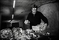 Europe/France/Centre/Indre-et-Loire/Loches: Champignonnière: La Maison Gillard produit dans ses caves troglodytes  du Shitaké bio et des chanterelles depuis le déclin du champignon de Paris - Philippe Gillard // France, Indre et Loire, Loches: Home Gillard product in its troglodyte caves of Shitake bio and chanterelles since the decline of fungus Paris - Philippe Gillard<br />  Auto N: 2013-126
