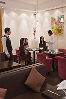 Europe/France/Provence-Alpes-Côte d'Azur/06/Alpes-Maritimes/Nice: Restaurant: Les Deux Canailles - Laurent Inoué responsable de la salle et  le chef Tsumoru Takano,