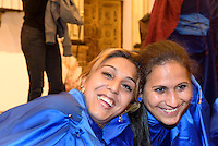 Vorbereiten des Blumenschmucks in der Kirche San Francisco der  Bruderschaft Paso Azul bei  der Semana Santa (Karwoche) in Lorca,  Provinz Murcia, Spanien, Europa
