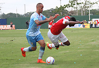 MONTERIA - COLOMBIA, 26-11-2017:Juan David Valencia (Der.) jugador de Independiente Santa Fe  disputa el balón con Juan Zuluaga (Izq.) jugador de Jaguares de Córdoba, durante partido de ida entre Jaguares de Córdoba  y el Independiente Santa Fe , de los cuartos de final la Liga Aguila II - 2017, jugado en el estadio Jaraguay de la ciudad de Montería. / Juan David Valencia (R) player of Independiente Santa Fe vies for the ball with Juan Zuluaga (L) player of Jaguares of Cordoba, during a match for the first leg between Jaguares of Cordoba  and Independiente Santa Fe , to the quarter of finals for the Liga Aguila II - 2017 at the Jaraguay  Stadium in Monteria city: Vizzorimage / Felipe Caicedo / Staff