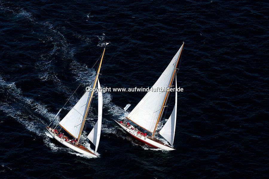 Kieler Woche:EUROPA, DEUTSCHLAND, SCHLESWIG- HOLSTEIN 22.06.2005:Kieler Woche, 12er Yachten hart am Wind in der Kieler Förde. Diese beiden Schiffe zeigen in ihrem Match Race die klassische Rumpfform. Die rechte Yacht mit dem Segelkennzeichen K10 hat die linke Yacht mit dem Segelkennzeichen D1 im Lee überholt. <br />Luftaufnahme, Luftbild,  Luftansicht
