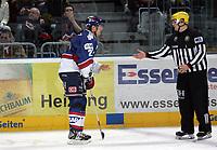 Martin Ancicka (Adler) wirft Linienrichter Felix Barth den Puck zu<br /> Adler Mannheim vs. Straubing Tigers, SAP Arena<br /> *** Local Caption *** Foto ist honorarpflichtig! zzgl. gesetzl. MwSt. <br /> Auf Anfrage in hoeherer Qualitaet/Aufloesung. Belegexemplar an: Marc Schueler, Am Ziegelfalltor 4, 64625 Bensheim, Tel. +49 (0) 6251 86 96 134, www.gameday-mediaservices.de. Email: marc.schueler@gameday-mediaservices.de, Bankverbindung: Volksbank Bergstrasse, Kto.: 151297, BLZ: 50960101
