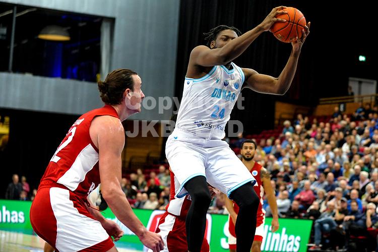 GRONINGEN - FIBA Basketbal-bubbel. finale, Donar - Lisboa Benfica seizoen 2021-2022, 01-10-2021,Donar speler Lotanna Nwogbo met Benfica speler James Farr