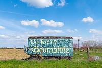"""Graffito """"Wir feiern Baumblüte"""" auf einem Bauwagen, Plötzin, Werder (Havel), Havelland, Brandenburg, Deutschland"""