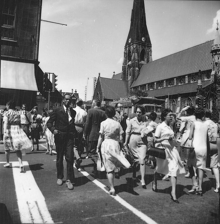 Rue Sainte-Catherine Ouest.<br /> 1963.<br /> Source : Ville de MontrÈal. Gestion de documents et archives, VM94,A107-7.