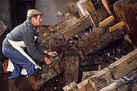 Europe/France/Auverne/63/Puy-de-Dôme/Env. d'Ambert/Moulin Richard-de-Bas: Musée historique du papier - Fabrication artisanale du papier - Broyage chiffons  // Europe, France, Auverne, Puy-de-Dôme, Env. d'Ambert: Richard de Bas paper mill and museum <br /> ( Non destiné à un usage publicitaire - Not intended for an advertising use]
