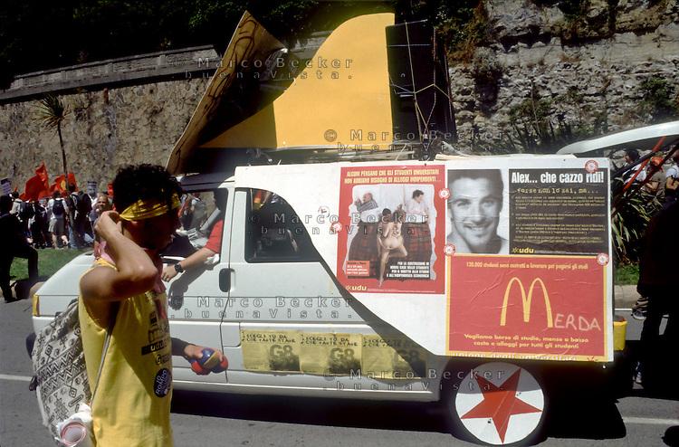 genova luglio 2001, proteste contro il g8. un corteo di studenti e un immagine del calciatore Alex del Piero --- genoa july 2001, protests against g8 summit. demonstration of students and a image of soccer player Alex del Piero