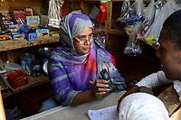DJIBOUTI , Obock, refugee camp Markazi for yemeni war refugees, woman runs a small shop in the camp / DSCHIBUTI, Obock, Fluechtlingslager Markazi fuer jemenitische Fluechtlinge, Haifa Abduratheem Mohamed, betreibt einen kleinen Laden
