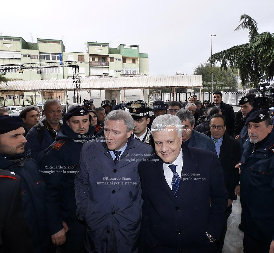 - NAPOLI 27 MAR  -  Caivano Il ministro dell'ambiente Galletti con  il parroco di Caivano Maurizio Patriciello incontrano i comitati