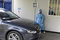 "- Milano, ospedale San Paolo, in questi giorni lunghissime code di auto e molte ore di attesa in tutti gli ospedali che offrono il servizio ""drive through"" per il prelievo senza scendere dall'auto del tampone rinofaringeo per la diagnosi dell'infezione da virud Covid 19. <br />