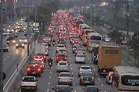 SÃO PAULO-SP-24,10,2014 - TRÂNSITO AV. DOS BANDEIRANTES - Trânsito parado sentido Rodovia dos Imigrantes na Avenida dos Bandeirantes altura do aeroporto de congonhas na tarde dessa Sexta-feira,24(Foto: Renato Mendes / Brazil Photo Press)